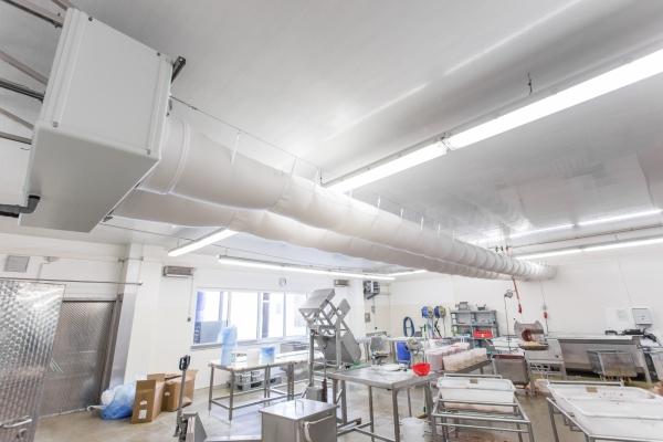 Verarbeitungsraumkühlung - Kühlung eines Fisch-Verarbeitungsraumes mit zugfreier textiler Luftverteilung